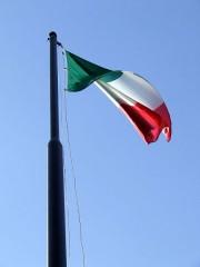 450px-Tricolore_italiano_spiegato_su_cielo_azzurro_33-2.jpg